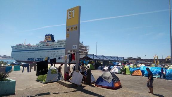Turistes convivint amb refugiats. Foto: Isaac Besora.