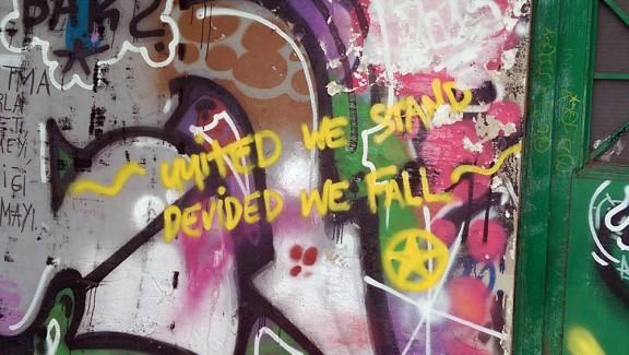 """Pintada amb el lema """"Units aguantem, dividits caiem"""" Foto: Isaac Besora."""